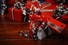 Presentes do Natal envolvidos no papel colorido maravilhoso Imagem de Stock