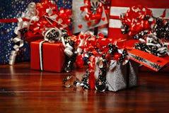 Presentes do Natal envolvidos no papel colorido maravilhoso Fotos de Stock Royalty Free