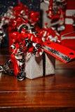 Presentes do Natal envolvidos no papel colorido maravilhoso imagens de stock