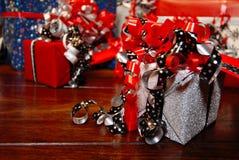 Presentes do Natal envolvidos no papel colorido maravilhoso Imagens de Stock Royalty Free