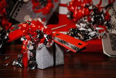 Presentes do Natal envolvidos no papel colorido maravilhoso foto de stock royalty free