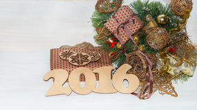 Presentes do Natal envolvidos no papel com decorações do Natal Imagem de Stock