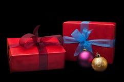 Presentes do Natal isolados no fundo preto Foto de Stock Royalty Free