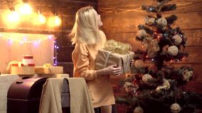 Presentes do Natal Mulher louca do Natal Expressão facial da emoção Feliz Natal e ano novo feliz filme