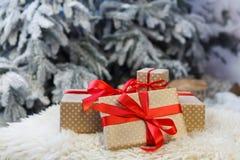 Presentes do Natal no fundo borrado da árvore de abeto, conceito do feriado Imagens de Stock