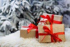 Presentes do Natal no fundo borrado da árvore de abeto, conceito do feriado Imagem de Stock