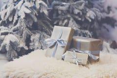 Presentes do Natal no fundo borrado da árvore de abeto, conceito do feriado Fotos de Stock Royalty Free