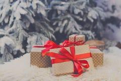 Presentes do Natal no fundo borrado da árvore de abeto, conceito do feriado Fotografia de Stock Royalty Free