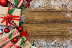 Presentes do Natal no fundo branco de madeira imagens de stock royalty free
