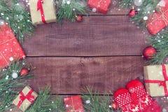 Presentes do Natal no fundo de madeira Imagem de Stock