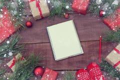 Presentes do Natal no fundo de madeira Imagens de Stock Royalty Free