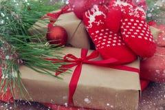 Presentes do Natal no fundo de madeira Foto de Stock