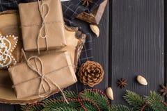 Presentes do Natal no fundo de madeira preto Fotografia de Stock