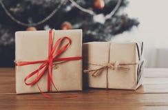 Presentes do Natal no fundo decorado da árvore, conceito do feriado Fotos de Stock Royalty Free