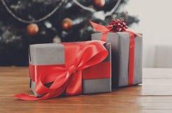 Presentes do Natal no fundo decorado da árvore, conceito do feriado Fotografia de Stock Royalty Free