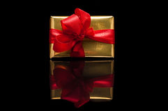 Presentes do Natal, no preto Fotos de Stock Royalty Free