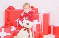 Presentes do Natal para a crian?a Presentes para o primeiro Natal da crian?a Comemore o primeiro Natal Pouco jogo do beb? perto d imagens de stock