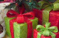 Presentes do Natal sob a árvore com luzes, abeto e decorações imagens de stock royalty free