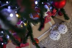 Presentes do Natal sob a árvore de Natal Imagens de Stock