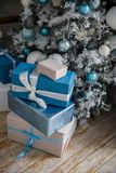 Presentes do Natal sob a árvore de Natal com as decorações na manhã Fotografia de Stock Royalty Free