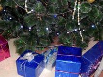 Presentes do Natal sob a árvore de Natal Fotografia de Stock Royalty Free