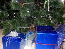 Presentes do Natal sob a árvore de Natal Foto de Stock Royalty Free