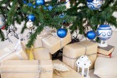 Presentes do Natal sob a árvore de Natal pelo ano novo Imagem de Stock Royalty Free