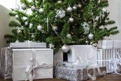 Presentes do Natal sob os brinquedos e as bolas de prata da árvore Ano novo 2019 fotos de stock royalty free