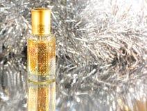 Presentes do perfume árabe em um fundo de prata Decoração dos feriados Natal, aniversário, dia do ` s do Valentim Imagem de Stock Royalty Free