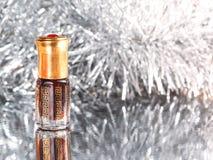 Presentes do perfume árabe em um fundo de prata Decoração dos feriados Natal, aniversário, dia do ` s do Valentim Foto de Stock Royalty Free