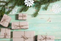 Presentes do ` s do ano novo no papel de embalagem Imagem de Stock
