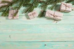 Presentes do ` s do ano novo no papel de embalagem Fotografia de Stock