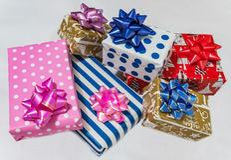 Presentes do Xmas isolados no fundo branco Fotografia de Stock Royalty Free