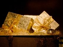 Presentes dourados fotografia de stock royalty free