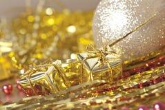 Presentes dourados do Natal Foto de Stock