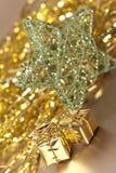 Presentes dourados do Natal Fotografia de Stock