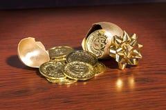 Presentes dourados do ovo fotografia de stock royalty free