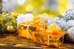 Presentes dourados festivos na tabela com decorações Foto de Stock Royalty Free