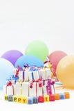 Presentes e balões de aniversário Imagens de Stock