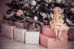 Presentes e boneca do Natal sob a árvore Decoração cor-de-rosa Imagens de Stock Royalty Free