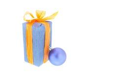 Presentes e decoração do Natal no fundo branco Imagem de Stock