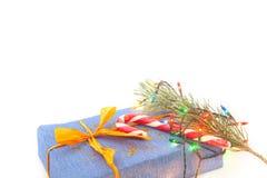 Presentes e decoração do Natal no fundo branco Foto de Stock