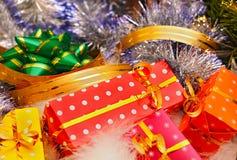 Presentes e decorações do Natal foto de stock