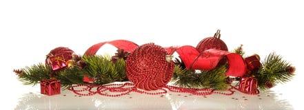 Presentes e decorações pequenos do Natal dos grânulos, fitas e ramos do pinho, apresentado belamente, isolados no branco Fotografia de Stock