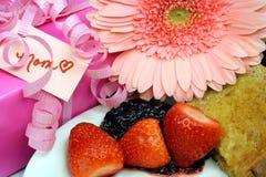 Presentes e doces para a mamã Fotografia de Stock Royalty Free