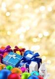 Presentes e esferas do Natal. Imagens de Stock Royalty Free