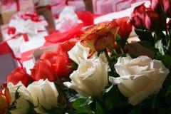 Presentes e flores Imagens de Stock