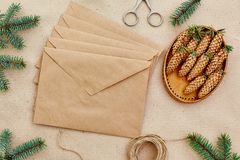 Presentes e letras feitos a mão, e tudo do Natal necessária para eles Envelopes do papel de embalagem, das tesouras, de cones spr Fotos de Stock
