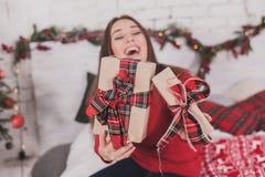Presentes e presentes nas mãos Imagem de Stock Royalty Free