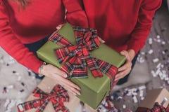 Presentes e presentes nas mãos Foto de Stock